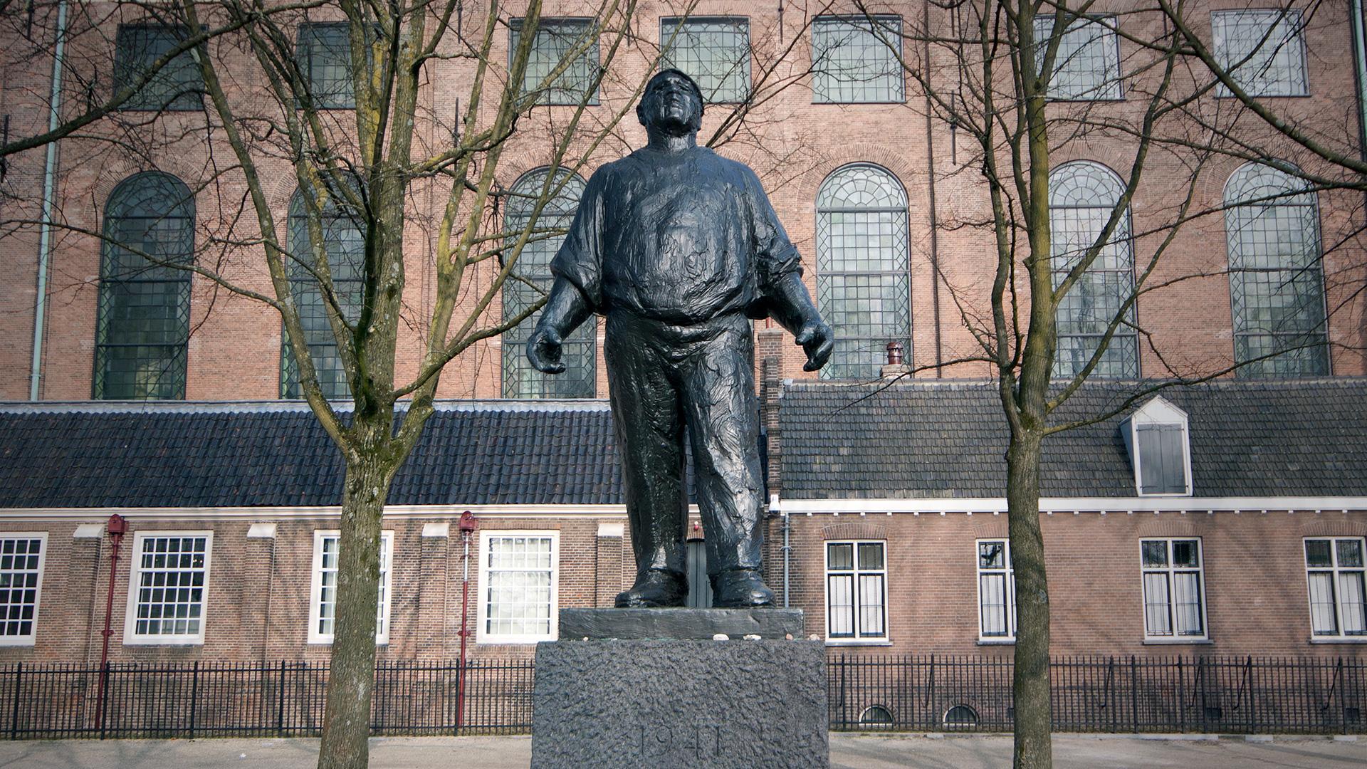 Monument De Dokwerker in Amsterdam
