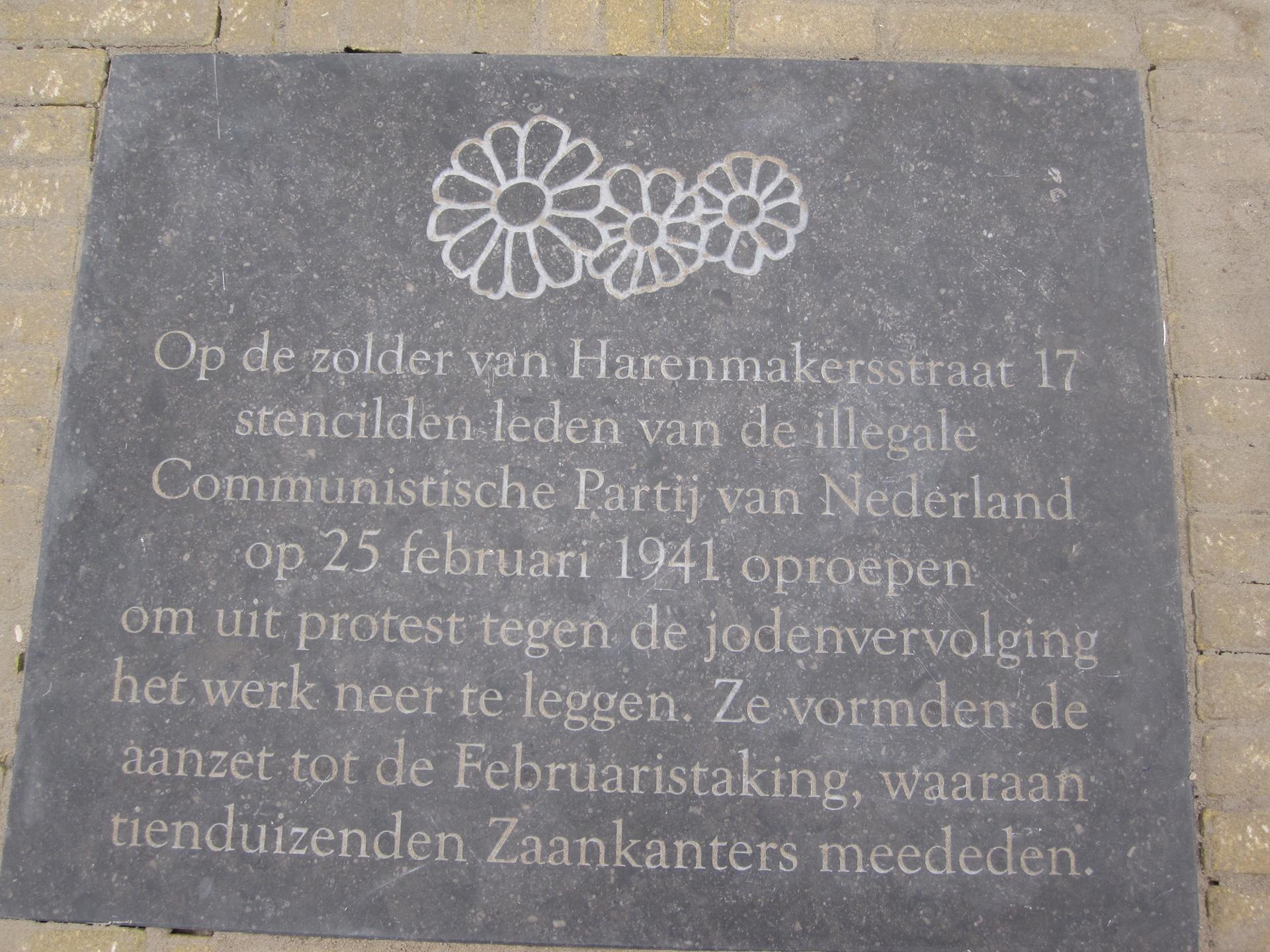 De plaquette is neergelegd in de bestrating, vlakbij de woning waar de oproep tot staken werd vermenigvuldigd. (Foto: Harry Homma)