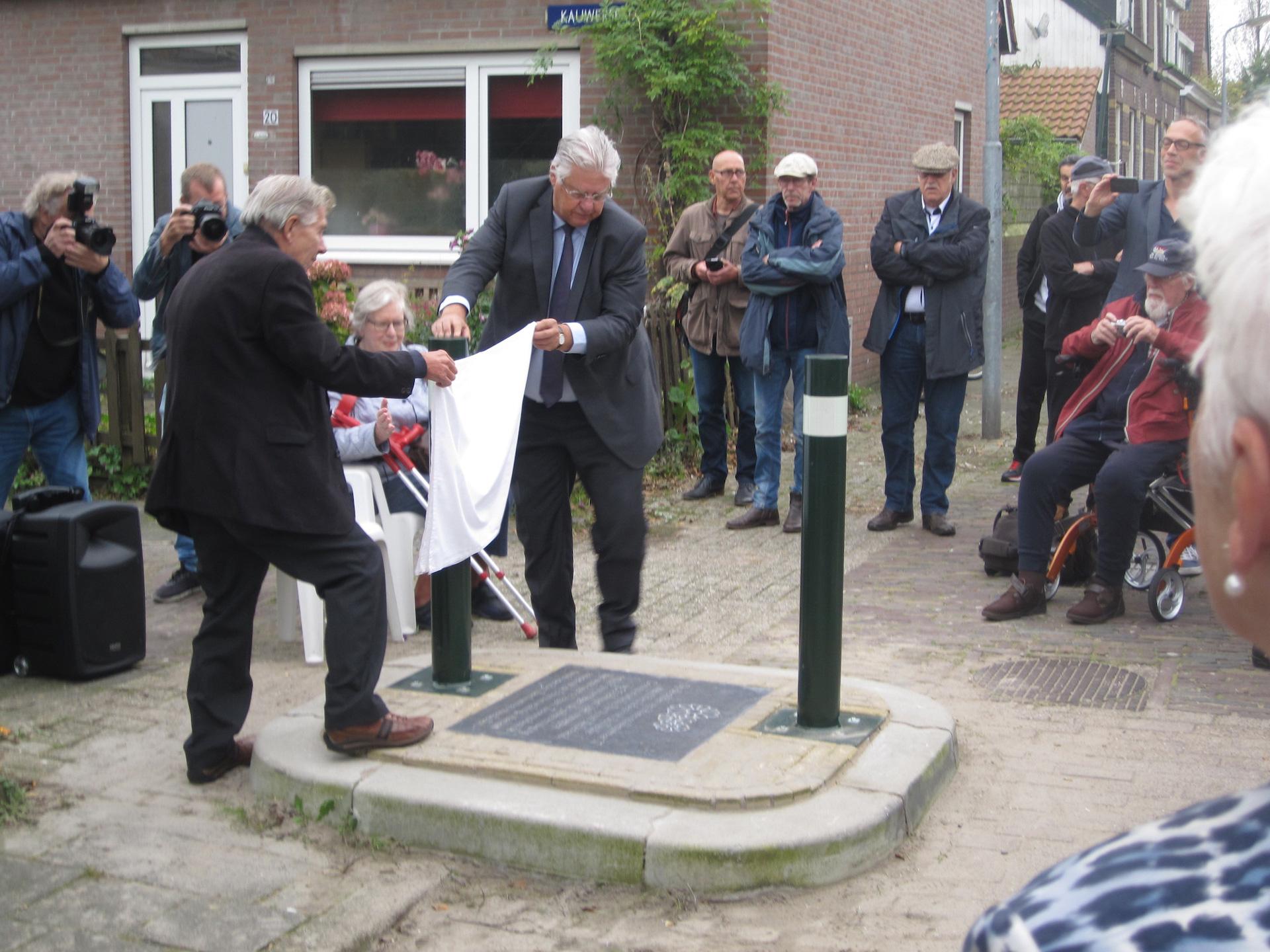 Burgemeester Vreeman (met bril) onthulde samen met Wim Nieuwenhuyse de plaquette door een doek weg te halen. (Foto: Harry Homma)