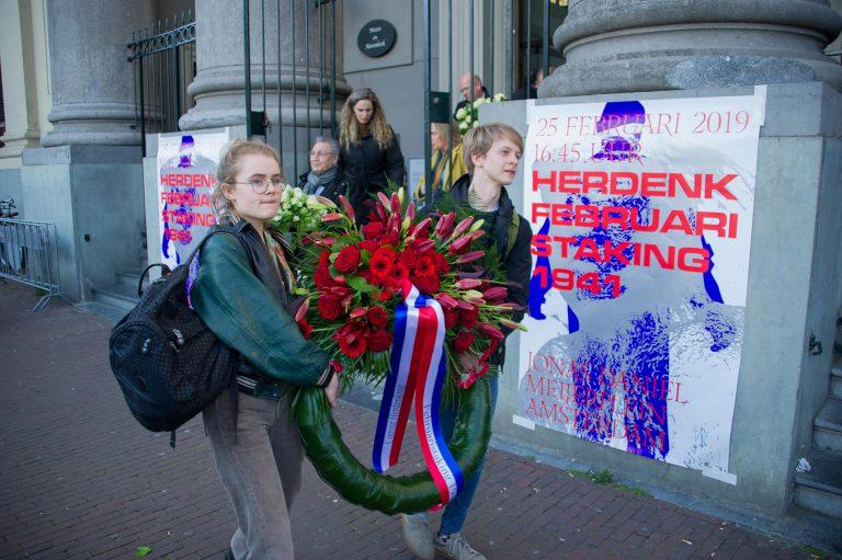 Kransen worden naar het plein gebracht. Foto: Hans Mooren