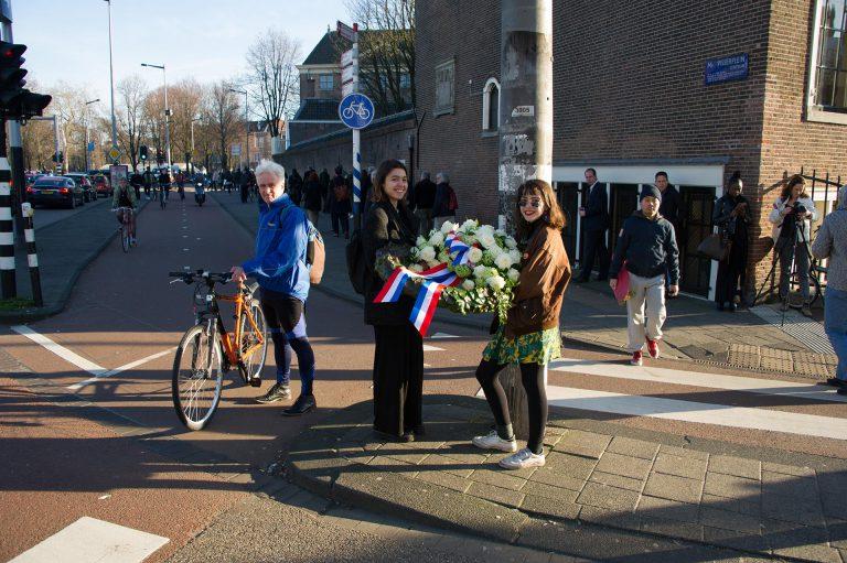 De kransen worden naar het plein gebracht. Foto: Hans Mooren