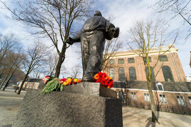 Dokwerker met bloemen - foto: Hans Mooren