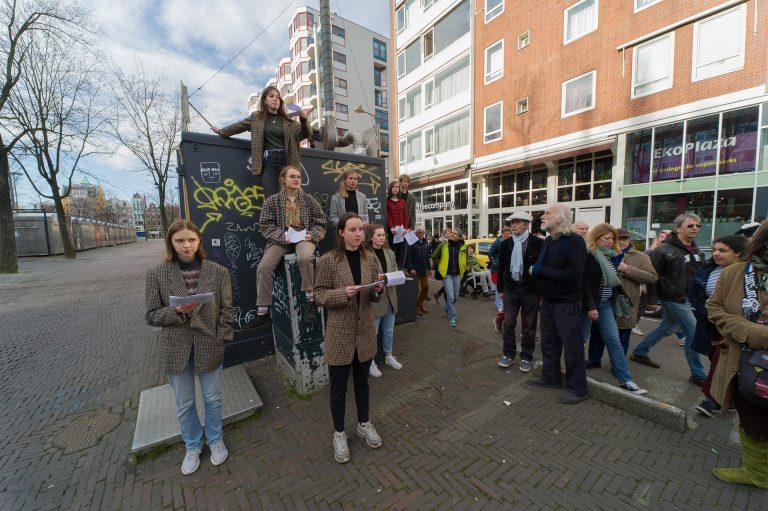 Op zondag 24 februari speelden jongeren van de Jeugdtheaterschool onder begeleiding van theatermakers van Theater Na de Dam een korte voorstelling over de Februaristaking rondom de Dokwerker. Foto: Hans Mooren