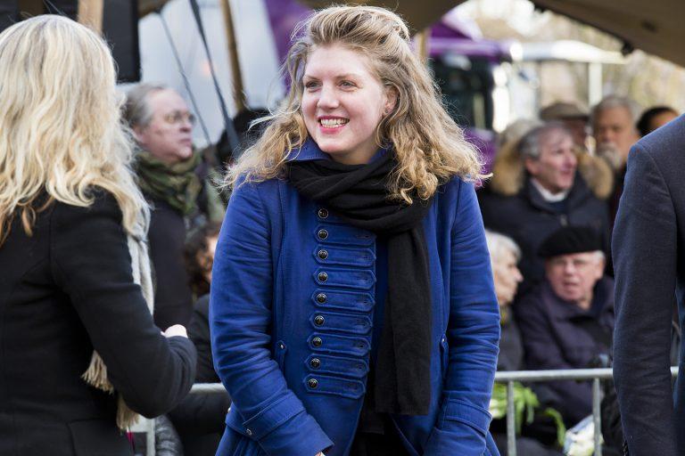 Bezoeker van de herdenking Foto: Mascha Jansen