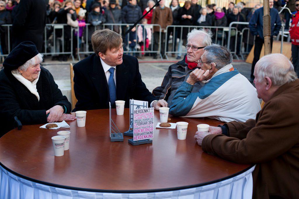 Nagesprek tussen de Koning en oud-stakers foto: Mascha Jansen
