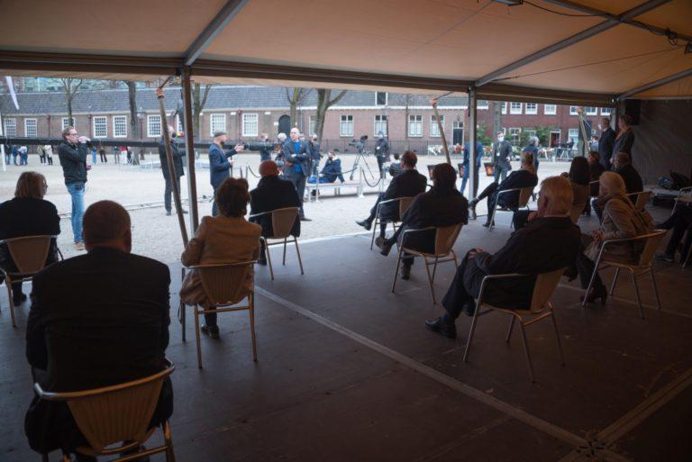 genodigden wachten in de tent - foto Hans Mooren