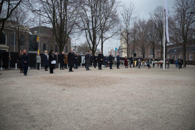 wachtend op defilé - foto Hans Mooren