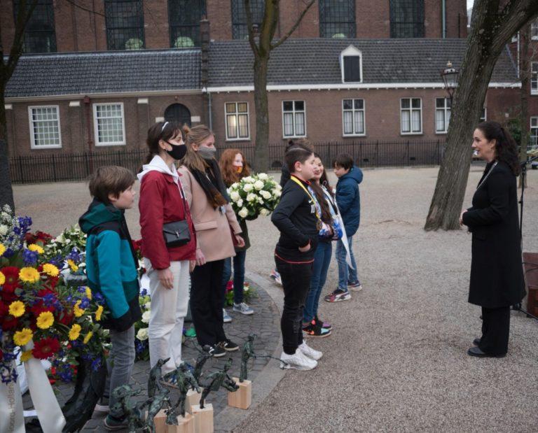 kransleggende kinderen met de burgemeester - foto Hans Mooren